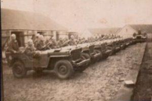Viaturas com soldados em prontidão.