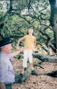 Vovô com neta Simone num dos maiores pés de caju do mundo.