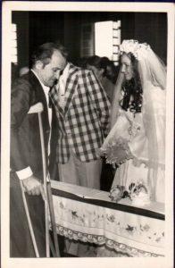 Leo Anselmo cumprimentando José Valdemar e Lúcia na igreja.