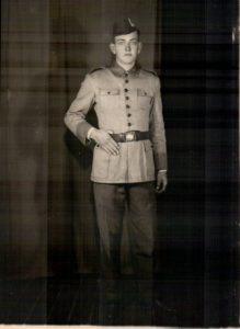 Um dos tios como soldado.