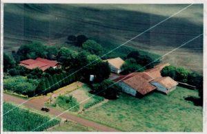 Vista aérea da propriedade, de frente, lado norte.