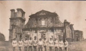 Grupo de soldados diante da ruína de São Miguel