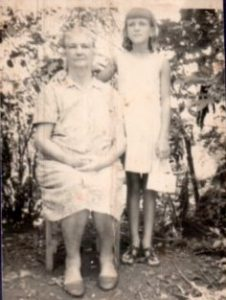 Vovó Bertha e uma neta.