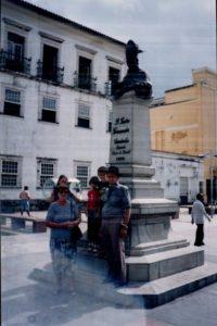 Junto a um monumento histórico em cidade do nordeste, possivelmente Natal-RN