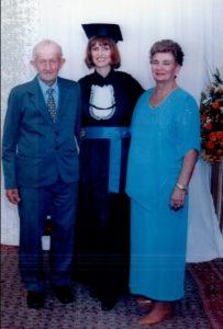 Leo e Maria, com a filha Terezinha, formanda em Letras.