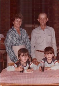 Vovô e vovó com netos gêmeos Augusto e Anselmo.